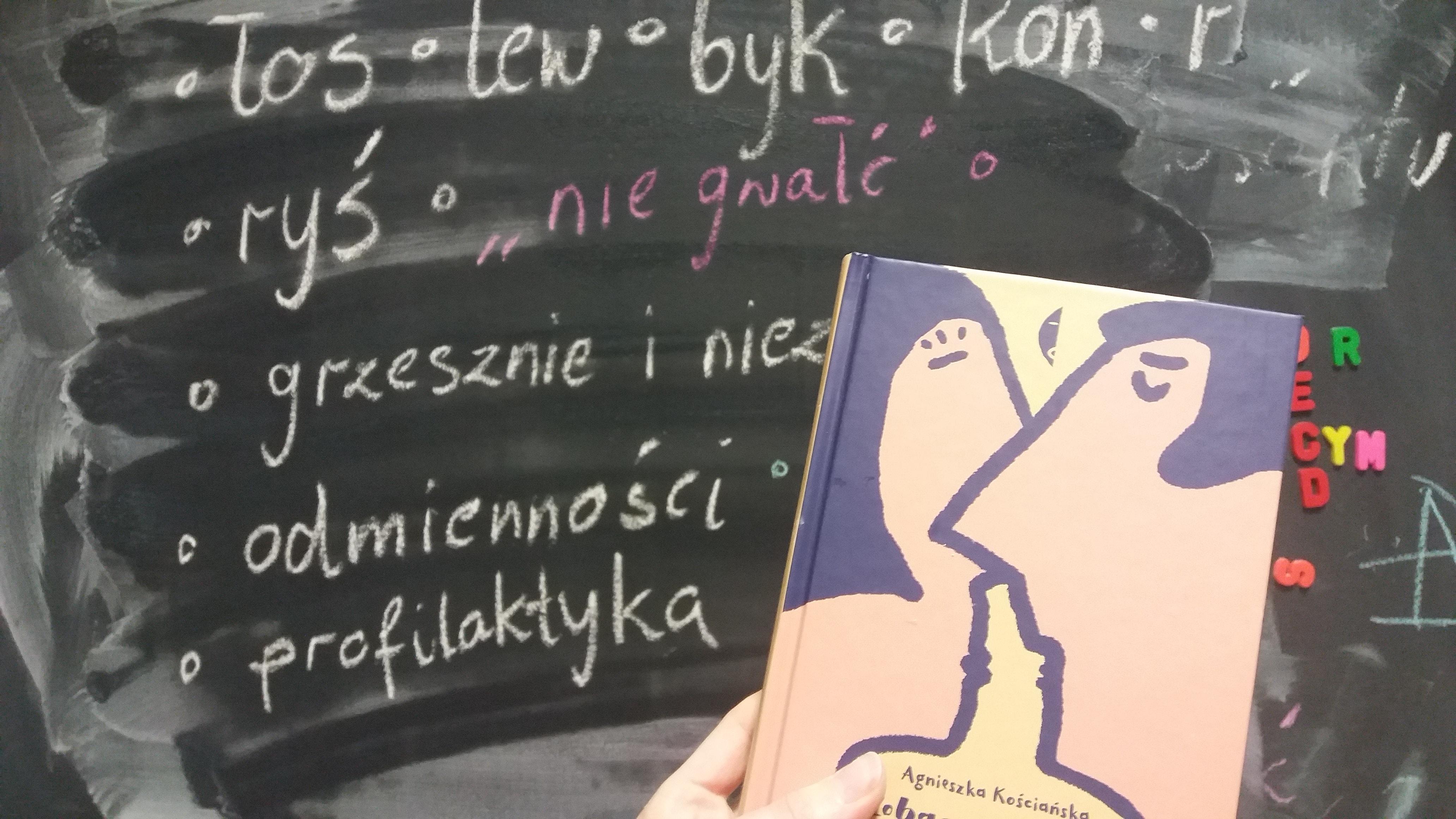"""Książka o edukacji seksualnej """"Zobaczyć łosia"""" Agnieszki Kościańskiej"""